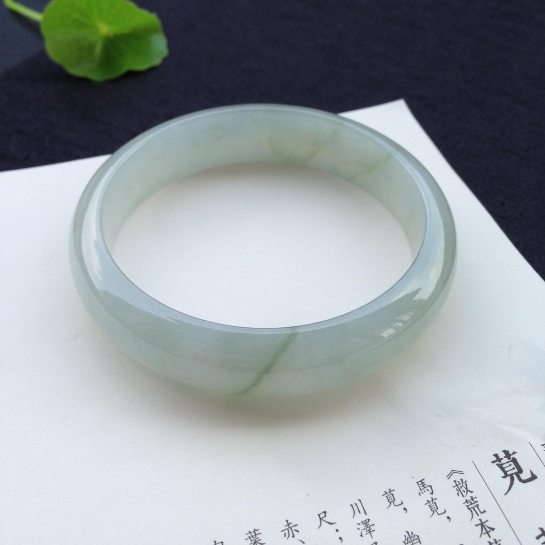 飘花正圈手镯,尺寸57.9-13.7-8mm,种水好通透,质地细腻,完美,玉质干净迷人,绿意如一丝丝