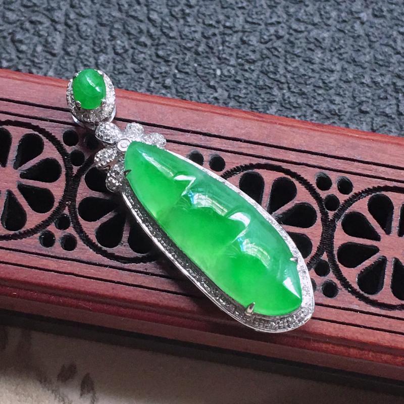 缅甸翡翠18K金伴钻镶嵌浅绿发财豆吊坠,颜色好,玉质细腻,雕工精美,佩戴送礼佳品,包金尺寸: 33.