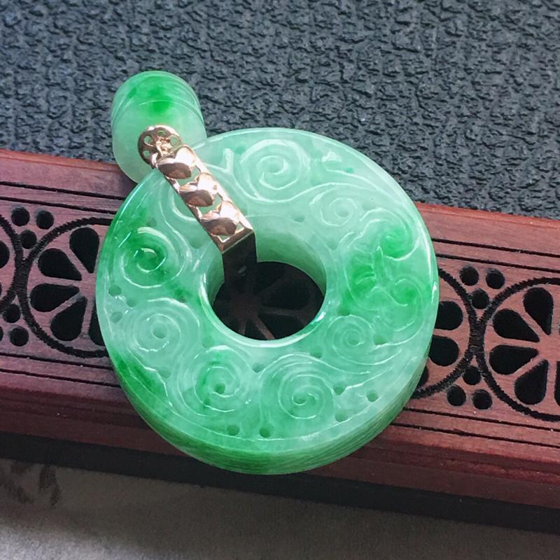 缅甸翡翠18K金伴钻镶嵌雕花平安扣吊坠(装饰珠),颜色好,玉质细腻,雕工精美,佩戴送礼佳品,包金尺寸