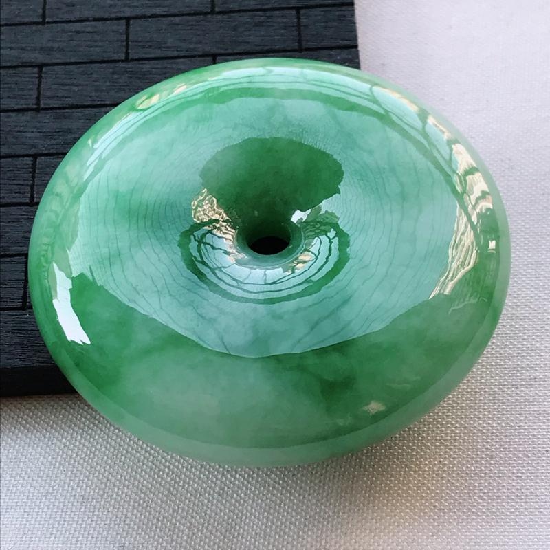翡翠A货糯种飘绿平安扣吊坠,玉质细腻,底色漂亮,上身高贵,尺寸53.9/12.7mm