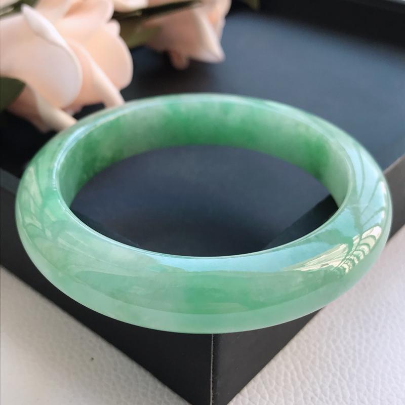 自然光拍摄 圈口60mm 糯种满绿正圈手镯C127 玉质细腻水润,条形大方,高贵优雅,端庄大气 温馨