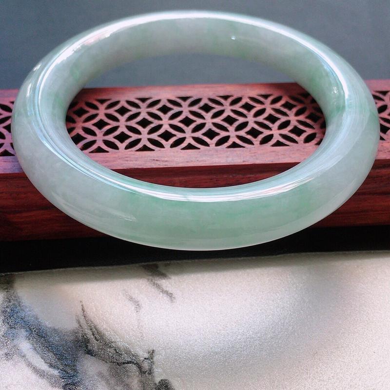 缅甸翡翠56圈口浅绿圆条手镯,自然光实拍,颜色漂亮,玉质莹润,佩戴佳品,尺寸:56.8*10.7*1