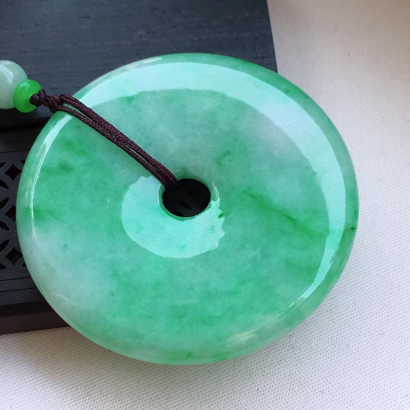 翡翠a货,糯种飘绿精美翡翠平安扣吊坠,玉质细腻,雕工栩栩如生,尺寸53.5/53.5/6.6,顶珠为