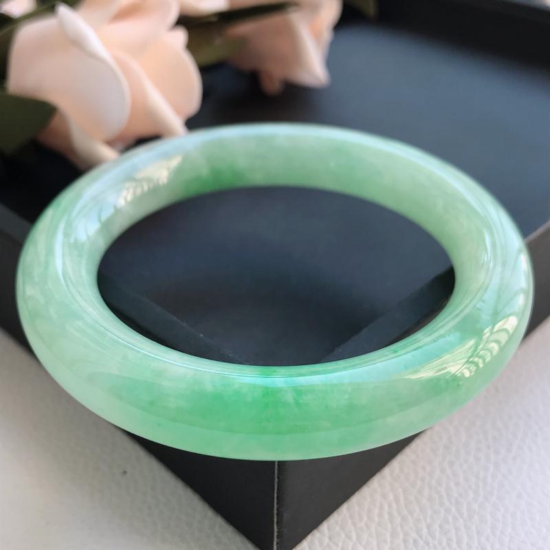 自然光拍摄 圈口57.2mm 糯种飘绿圆条手镯C123 玉质细腻水润,条形大方,高贵优雅,端庄大气