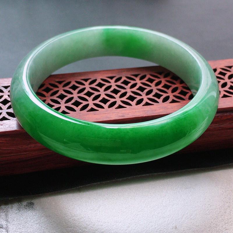 缅甸翡翠57圈口带绿正圈手镯,自然光实拍,颜色漂亮,玉质莹润,佩戴佳品,尺寸:57.0*13.3*7