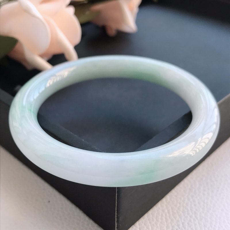 自然光拍摄 圈口57mm 糯种浅绿圆条手镯C148 玉质细腻水润,条形大方,高贵优雅,端庄大气 温馨