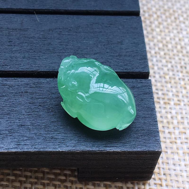 自然光实拍,缅甸a货翡翠,带绿三角蟾,种水好,颜色漂亮,水润细腻,形体饱满,镶嵌效果好