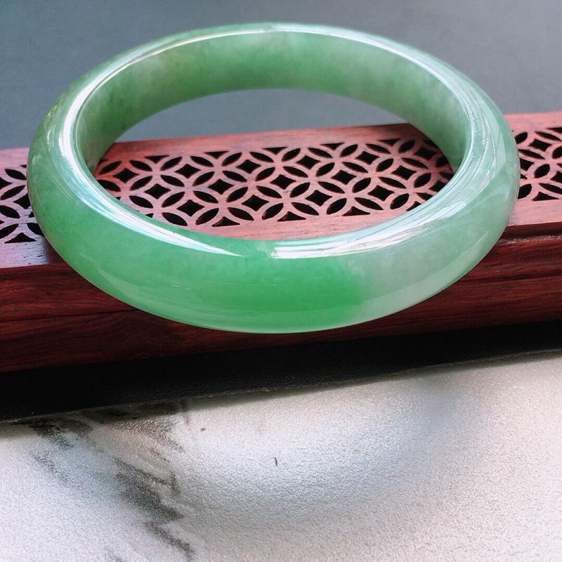 缅甸翡翠57圈口浅绿正圈手镯,自然光实拍,颜色漂亮,玉质莹润,佩戴佳品,尺寸:57.0*11.9*8