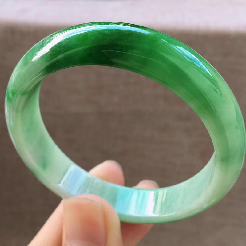 细腻飘阳绿小圈口宽边正装54圈口手镯,完美无纹裂,尺寸54*12.3*7mm