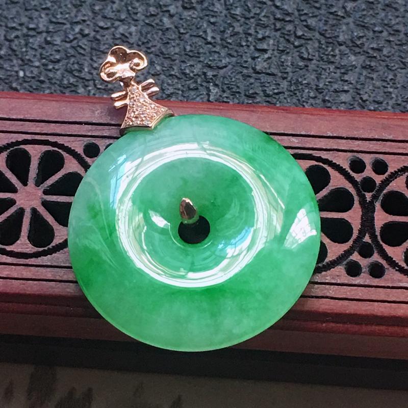 缅甸翡翠18K金伴钻镶嵌带绿平安扣吊坠,颜色好,玉质细腻,雕工精美,佩戴送礼佳品,包金尺寸:32.1