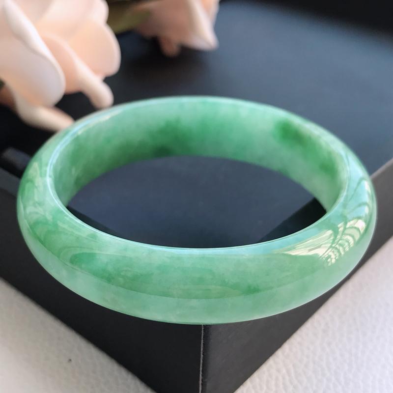 自然光拍摄 圈口53.7mm 糯种飘绿贵妃手镯C148 玉质细腻水润,条形大方,高贵优雅,端庄大气,