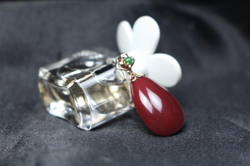 【吊坠】玫瑰红飘红水滴吊坠,18k玫瑰金镶嵌点缀一点绿,更加凸显玫瑰红的瑰丽,精致小巧,整体无胶无裂