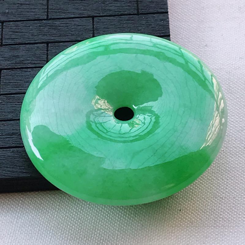 翡翠A货糯种飘阳绿平安扣吊坠,玉质细腻,底色漂亮,上身高贵,尺寸46.8/7.4mm