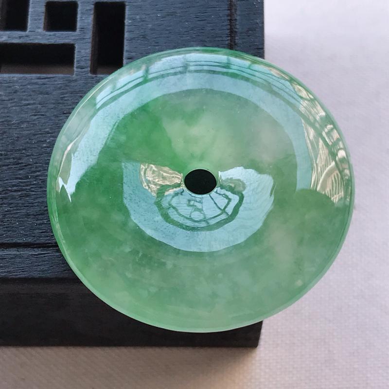 冰糯种飘绿平安扣吊坠,尺寸31.5/5.9雕工精细 玉质细腻水润,底色漂亮,种水好