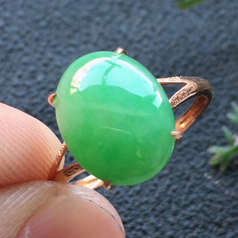 精品翡翠18K镶嵌伴钻戒指,雕工精美,玉质莹润,尺寸:内径:16.7MM,裸石尺寸:12.3*9.5