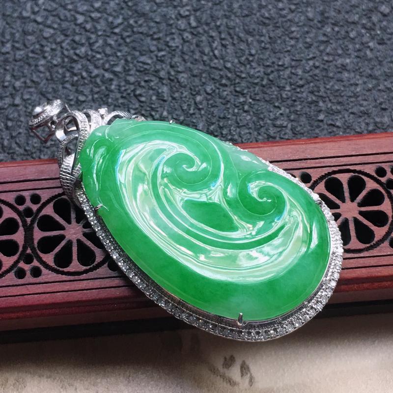 缅甸翡翠18K金伴钻镶嵌浅绿如意吊坠,颜色好,玉质细腻,雕工精美,佩戴送礼佳品,包金尺寸:52.2*