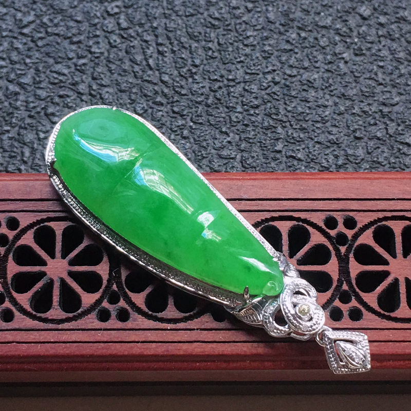 【缅甸翡翠18K金伴钻镶嵌满绿发财豆吊坠,颜色好,玉质细腻,雕工精美,佩戴送礼佳品,包金尺寸: 45.1*13.7*6.5MM,裸石尺寸:31.9*11.5*4.0MM,重4.42克】图7