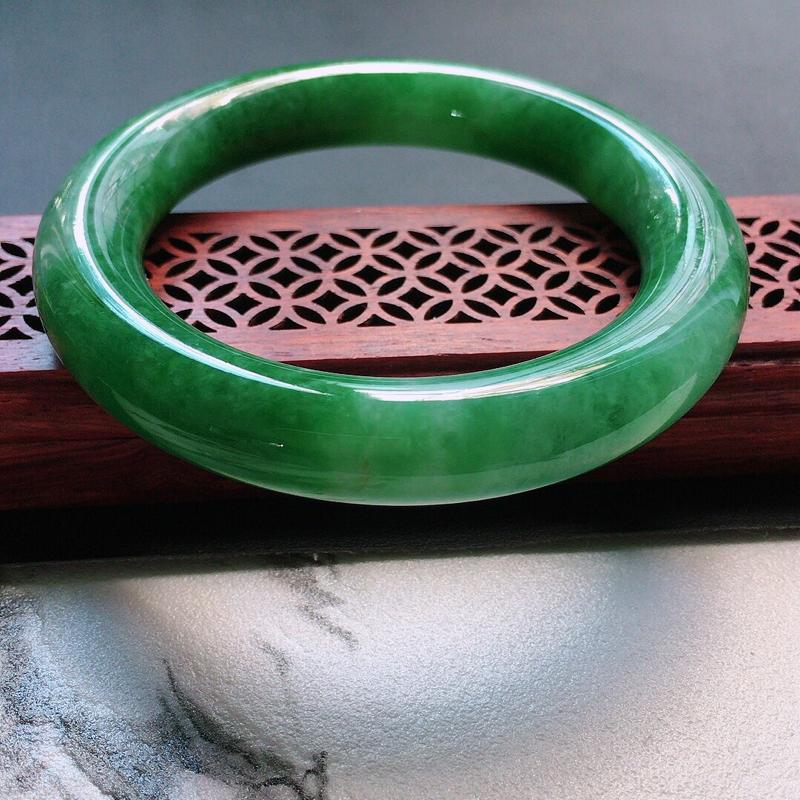 缅甸翡翠56圈口浅绿圆条手镯,自然光实拍,颜色漂亮,玉质莹润,佩戴佳品,尺寸:56.2*12.0*1