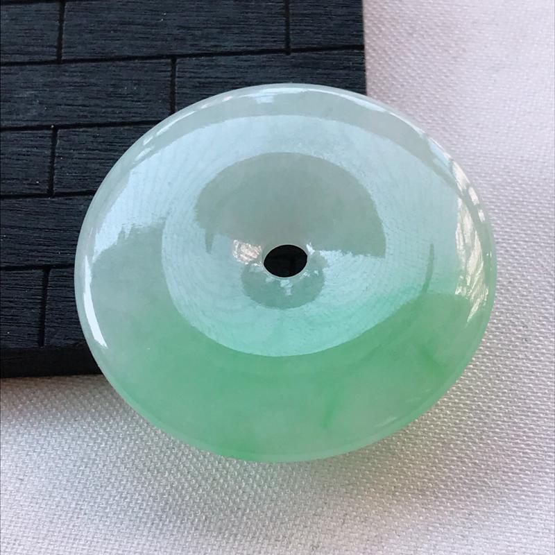 翡翠A货糯种飘绿平安扣吊坠,玉质细腻,底色漂亮,上身高贵,尺寸37.4/5.2mm