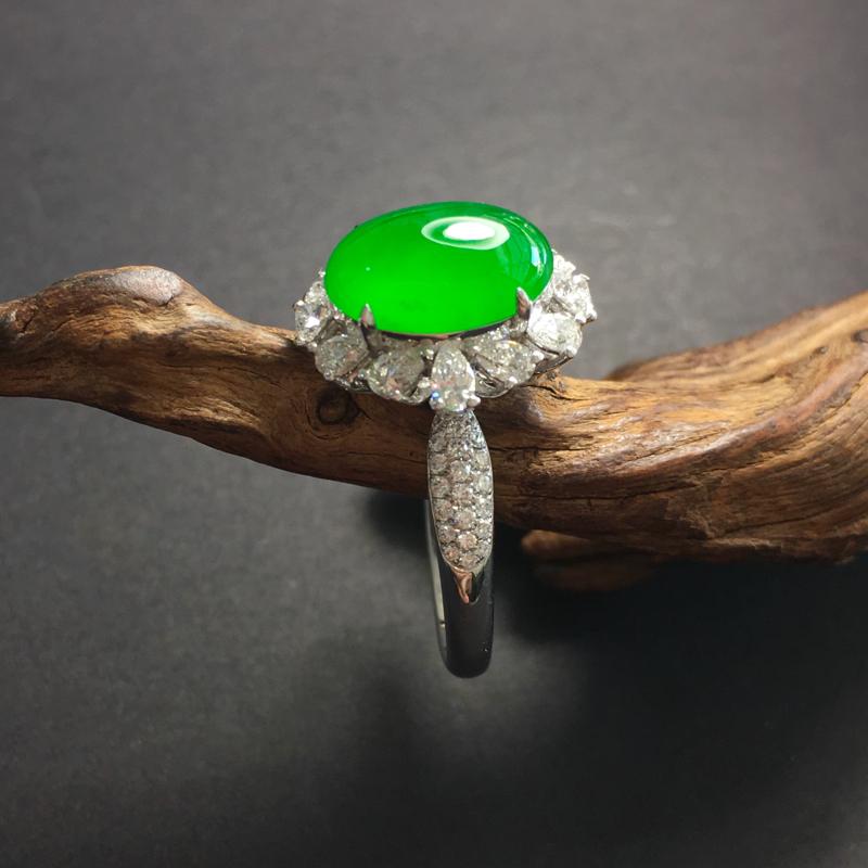 满阳绿蛋面镶嵌戒指,种老起胶,色泽阳绿,整体尺寸:14.3~12.5~10,