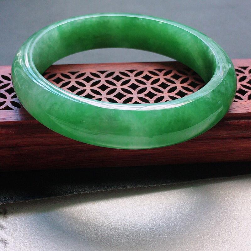 缅甸翡翠55圈口浅绿贵妃手镯,自然光实拍,颜色漂亮,玉质莹润,佩戴佳品,尺寸:55.8*49.6*1