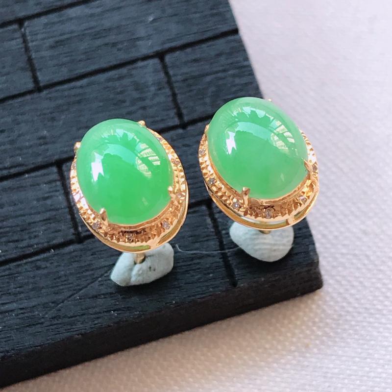 翡翠A货18K金镶嵌满绿蛋面耳钉一对,玉质细腻,底色漂亮,上身高贵,尺寸10.2/8.1/6mm裸石