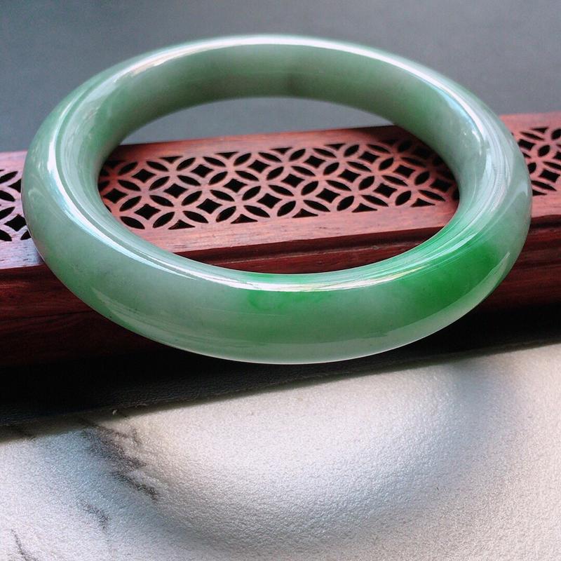 缅甸翡翠57圈口带绿圆条手镯,自然光实拍,颜色漂亮,玉质莹润,佩戴佳品,尺寸:57.1*11.8*1