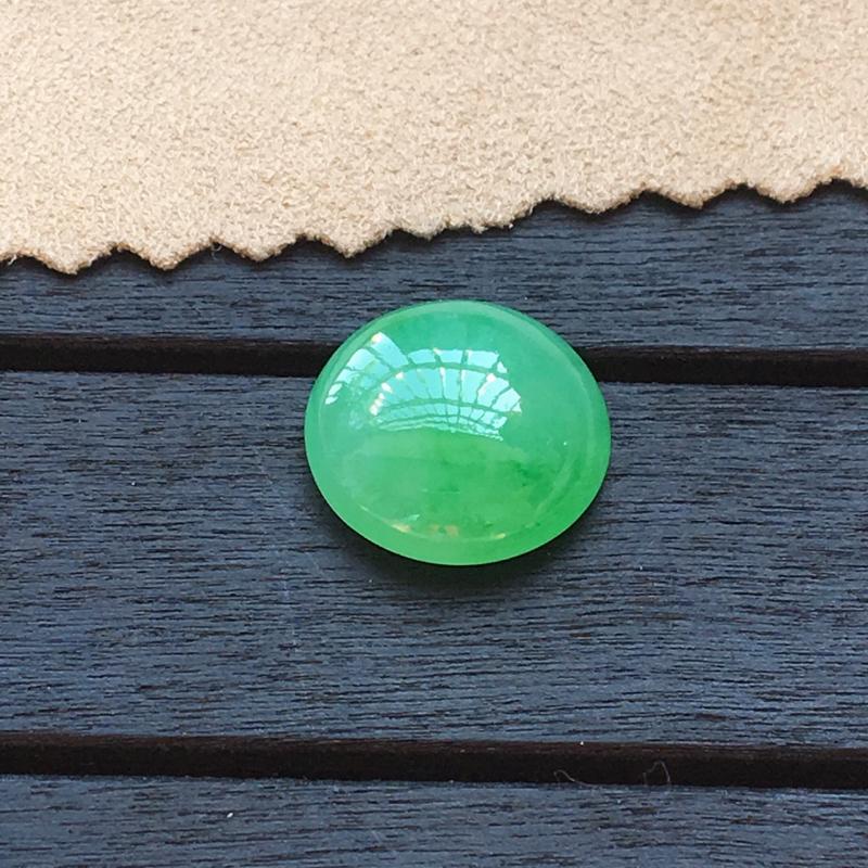 自然光实拍,缅甸a货翡翠,带绿蛋面,种水好,玉质细腻,颜色漂亮,形体好,镶嵌效果佳