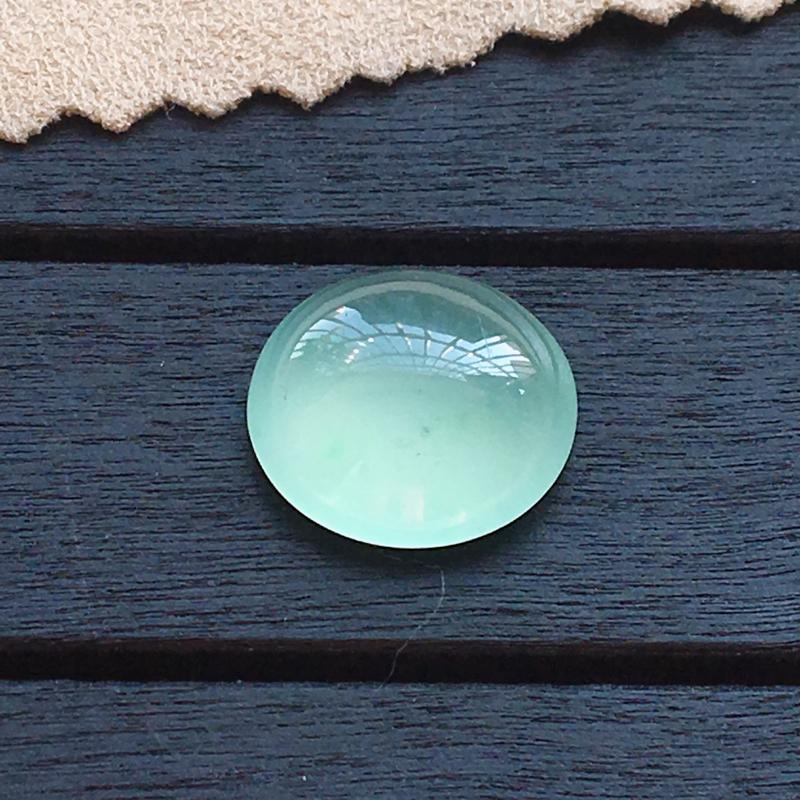 自然光实拍,缅甸a货翡翠,淡绿蛋面,种好通透,水润细腻,底色漂亮,镶嵌效果好