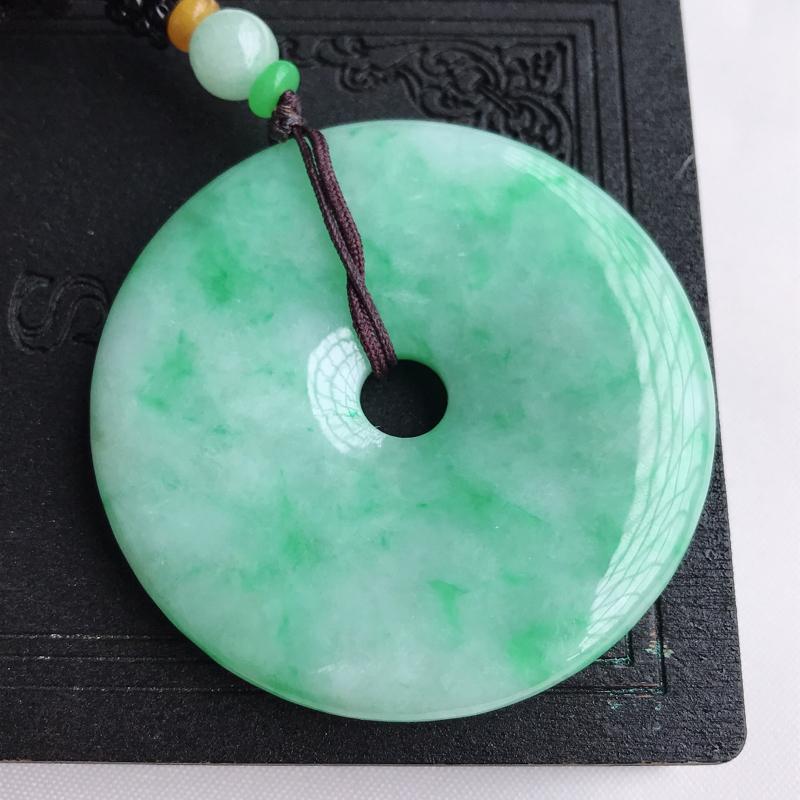 天然翡翠A货糯种飘绿大件平安扣吊坠,尺寸:53.6×6.4 mm,水润通透,形体饱满,雕工精美,