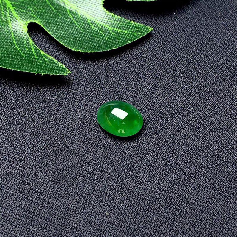 ❤️满绿蛋面裸石:种老水足,色泽漂亮,干净起光,圆润饱满,可镶嵌成戒指或吊坠,镶嵌效果翻番,无孔。