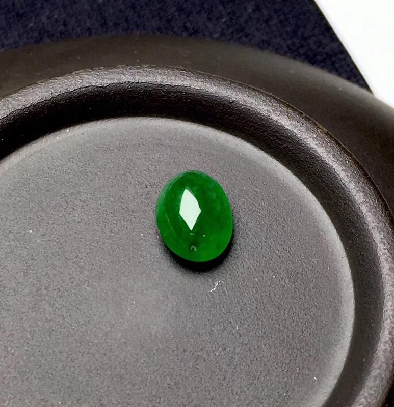 满绿蛋面裸石:种老水足,色泽漂亮,干净起光,圆润饱满,透光有内纹,可镶嵌成戒指或吊坠,镶嵌效果翻番