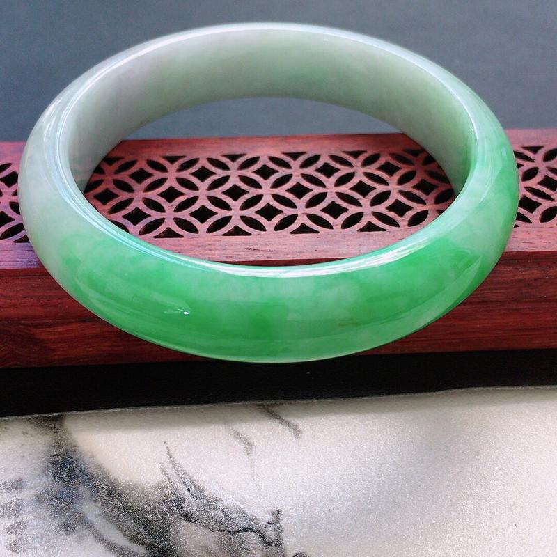 缅甸翡翠56圈口浅绿正圈手镯,自然光实拍,颜色漂亮,玉质莹润,佩戴佳品,尺寸:56.5*13.2*7