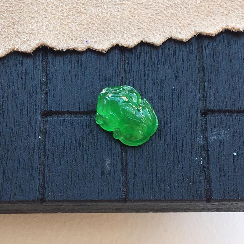 自然光实拍,缅甸a货翡翠,满绿貔貅,种好细腻,颜色漂亮,精致迷人,镶嵌效果好,需镶嵌