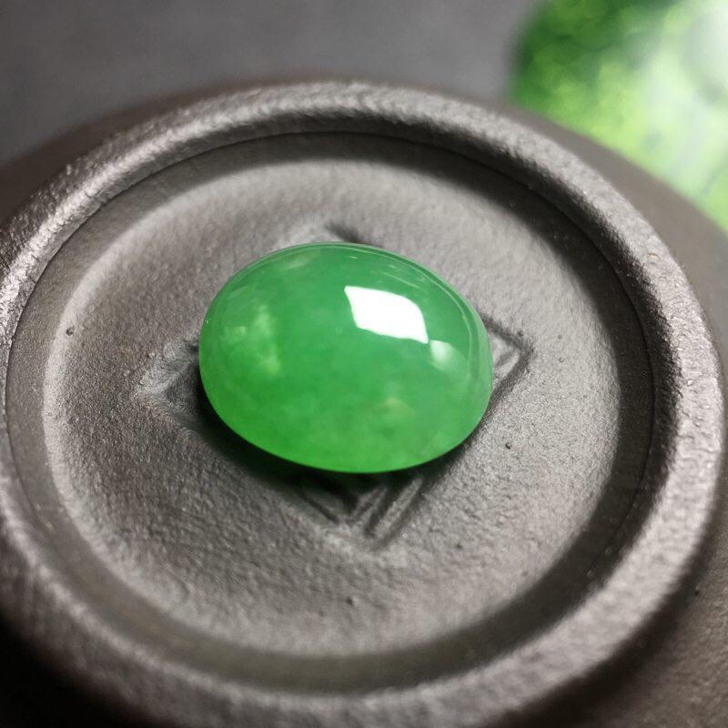 ❤️满绿蛋面裸石:种老水足,色泽漂亮,干净透光,圆润饱满,可镶嵌成戒指或吊坠,镶嵌效果翻番。尺寸:1