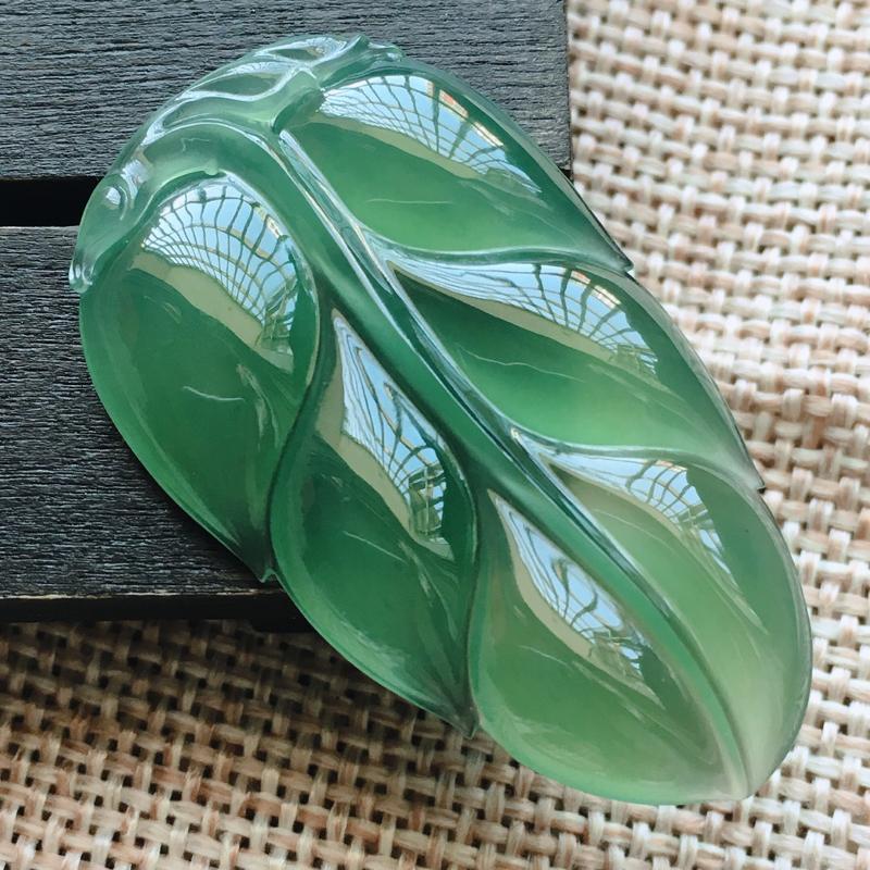 自然光实拍,缅甸a货翡翠,冰种带底色叶子,种好水润,玉质细腻,雕工精细,漂亮,品相佳,有孔可直接佩戴