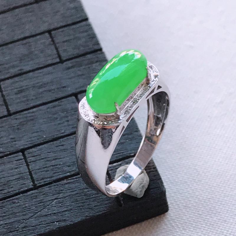 翡翠A货18K金镶嵌满绿马鞍戒指,玉质细腻,底色漂亮,上身高贵,内径16.9/7.1/5.6mm裸石