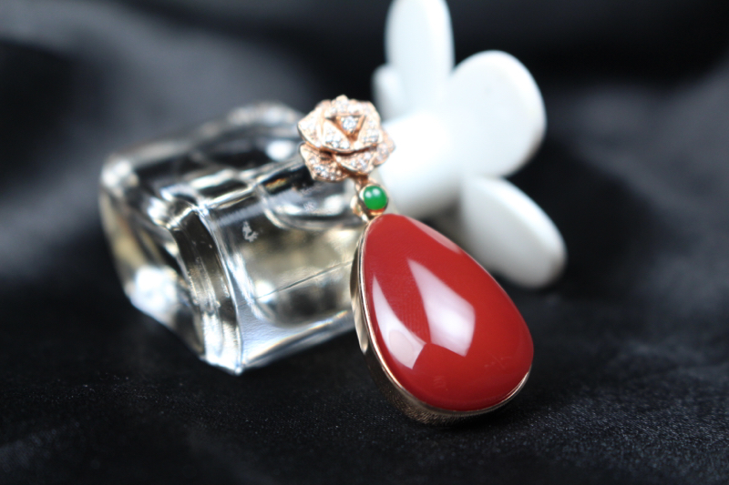 【吊坠】玫瑰红偏小锦红色系,18k玫瑰金包边镶嵌,扣头造型感十足,大气奢华,与玫瑰红的深邃神秘结合,