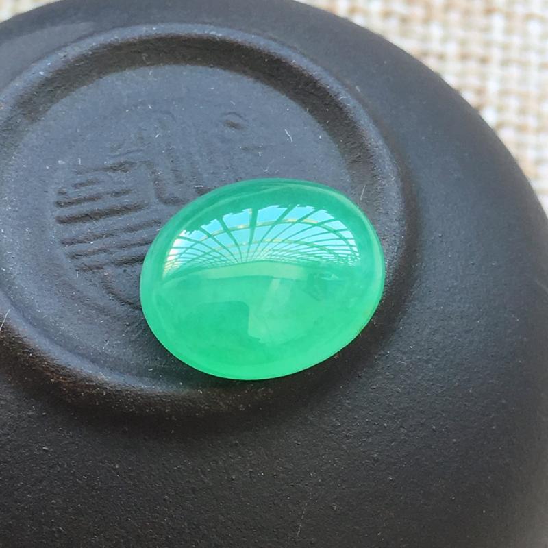 自然光实拍,缅甸a货翡翠,绿蛋面,饱满种好水润,玉质细腻,漂亮,品相佳,需镶嵌