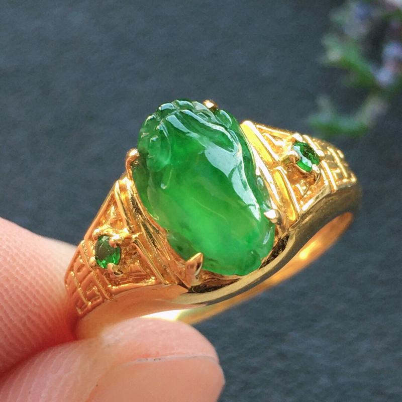精品翡翠18K镶嵌伴钻戒指,雕工精美,玉质莹润,尺寸:内径:17.5MM,裸石尺寸:9.8*6*3.