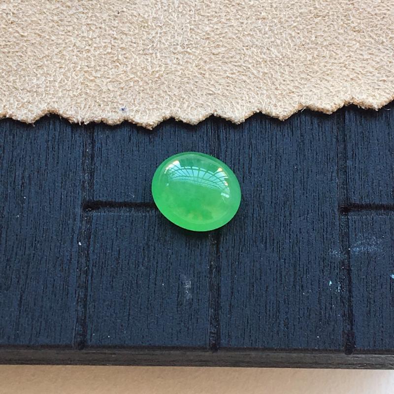 自然光实拍,缅甸a货翡翠,满绿蛋面,种好细腻,颜色漂亮,精致饱满,镶嵌效果好