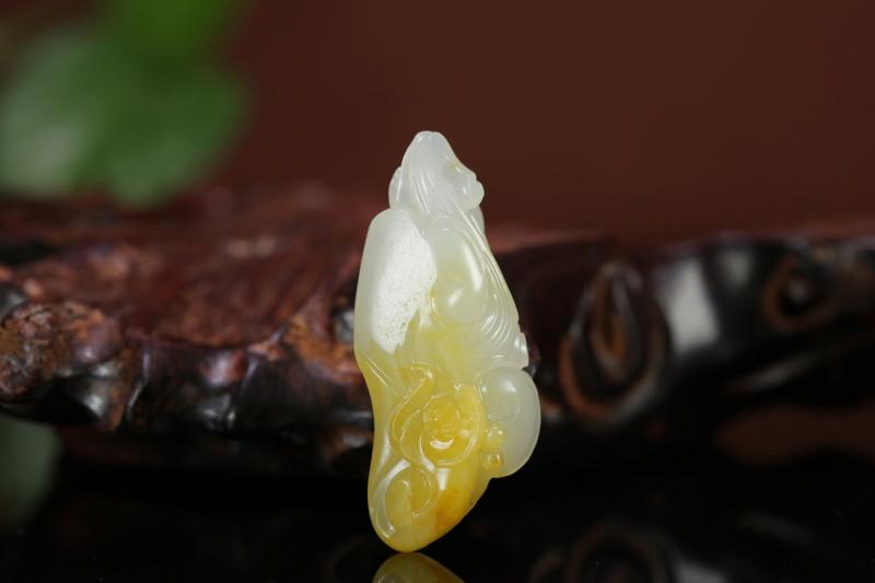 名称:如意猴 重量:9.6g 尺寸:42*18*11mm 材质:新疆和田玉籽料   描述:玉质细密油