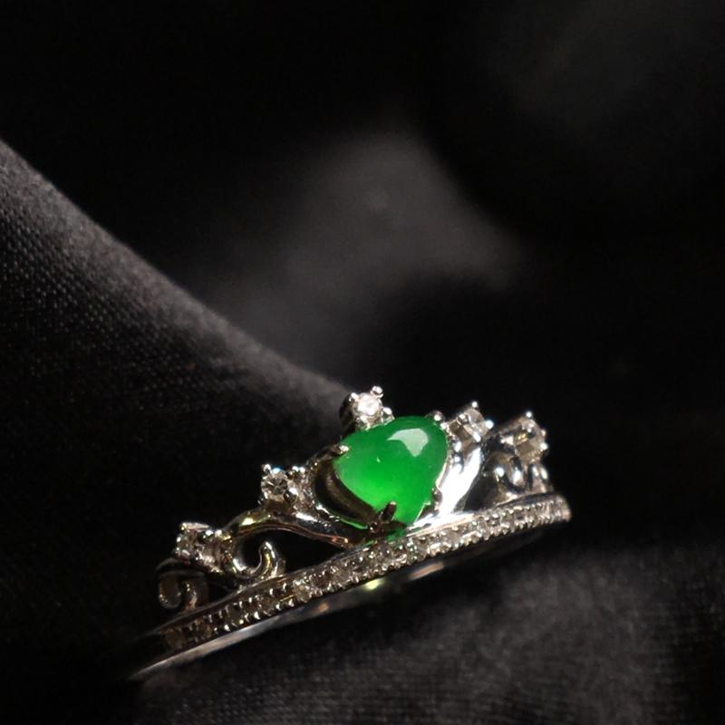天然翡翠A货,18K金伴钻镶嵌,满绿皇冠心形戒指,色泽鲜艳,料子细腻,冰透水润,色泽鲜艳,款式精美,