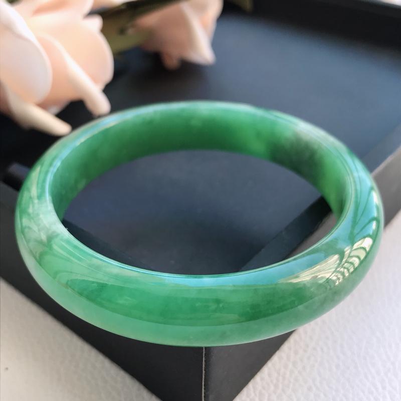自然光拍摄 圈口57.6mm 糯种满绿正圈手镯C62 玉质细腻水润,条形大方,高贵优雅,端庄大气 温