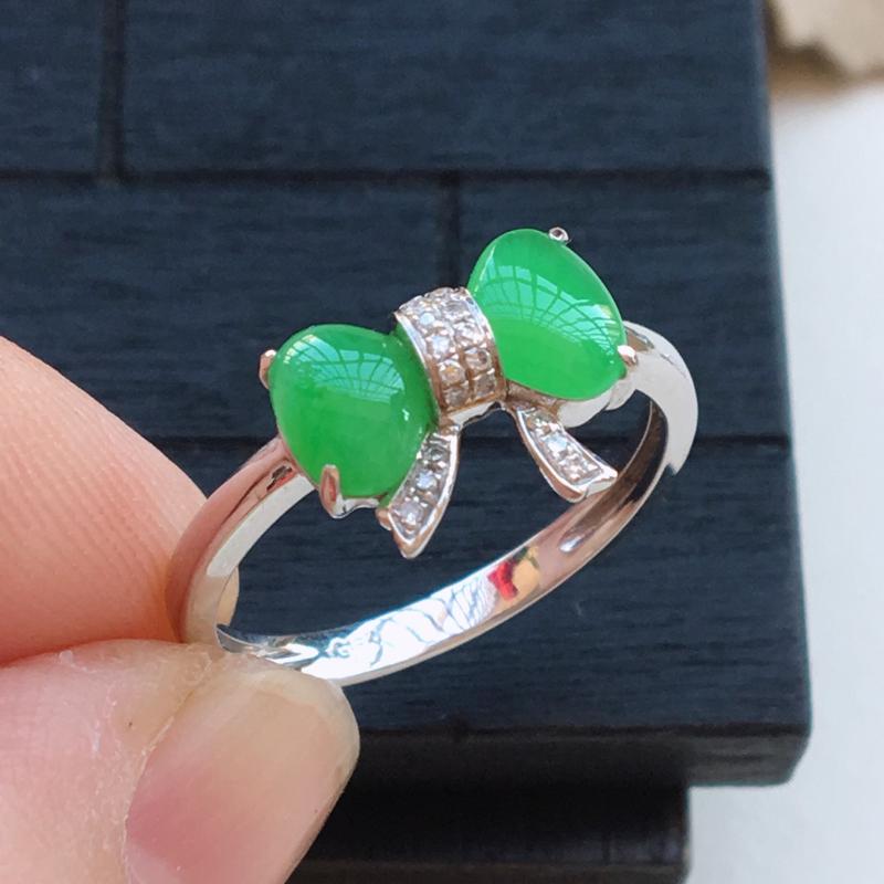 自然光实拍,缅甸a货翡翠,绿戒面18k金伴钻蝴蝶结戒指,种好细腻,颜色漂亮,款式精致,佩戴佳品