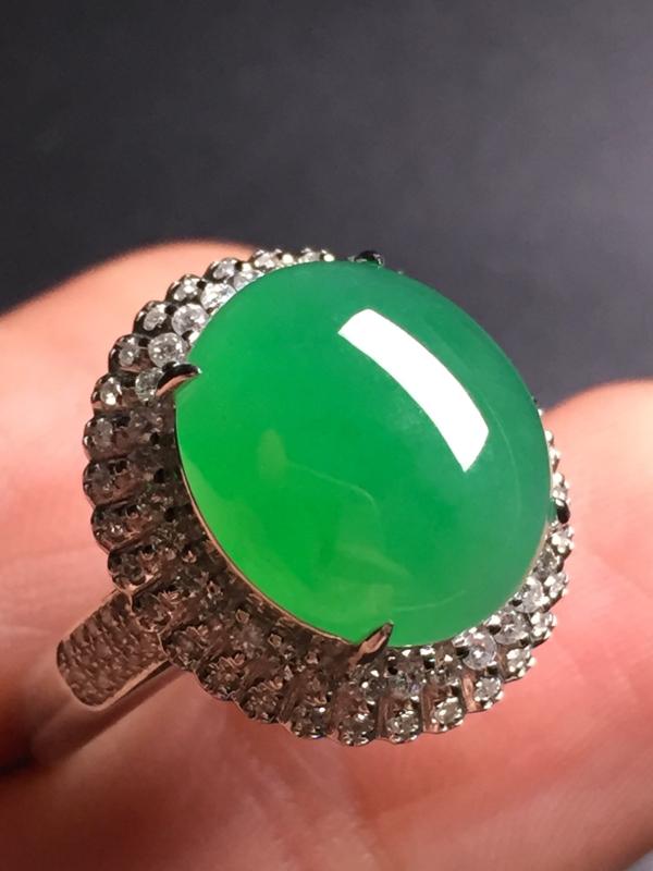 【翡翠A货,阳绿蛋面戒指,18k真金真钻镶嵌,完美,种水超好,玉质细腻。整体尺寸:17.4*16.2*10.5】图2