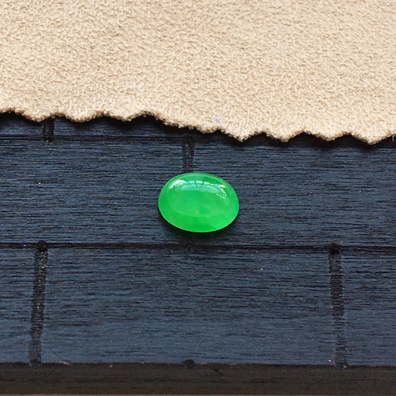 自然光实拍,缅甸a货翡翠,阳绿蛋面,种好细腻,颜色漂亮,精致饱满,镶嵌效果好