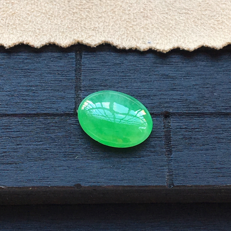自然光实拍,缅甸a货翡翠,冰种满绿蛋面,种好细腻,颜色漂亮,玉质莹润,镶嵌效果好