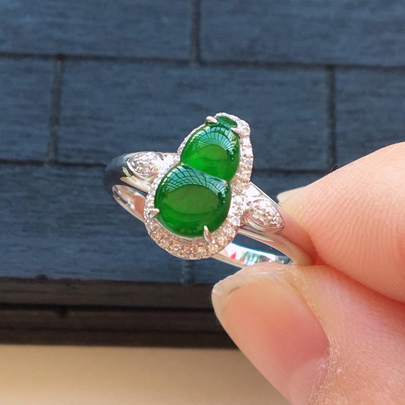 自然光实拍,缅甸a货翡翠,冰绿葫芦18k伴钻戒指,种好细腻,颜色漂亮,佩戴效果好