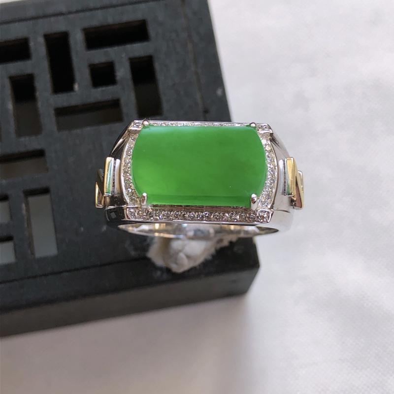 12/08 18k金伴钻镶嵌满绿马鞍形戒指,内径:18.6mm 裸石13.8*7.7*2.8mm 重
